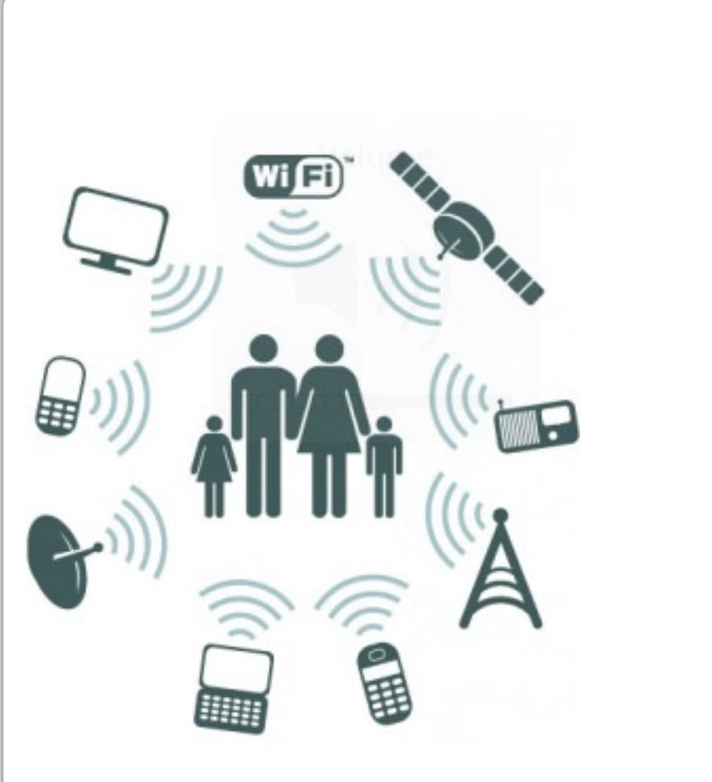 una famiglia disegnata con vari apparecchi che emettono campi elettromagnetici