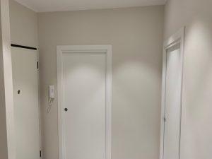 Porte bianche in un corridoio senza luce